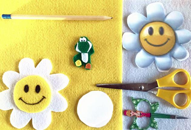 Ik googelde een bloem, printte hem en trok daarna eerst vijf keer de omtrek van de bloem over op wit vilt. Daarna kun je het gele hart van de bloem uitknippen en dit vijf maal overtrekken op het gele vilt. Ik knipte alles uit met een scherp handwerkschaartje (de andere schaar was om het papier uit te knippen) en plakte de twee losse delen op elkaar met textiellijm. De ogen en mond tekende ik met een zwarte textielstift