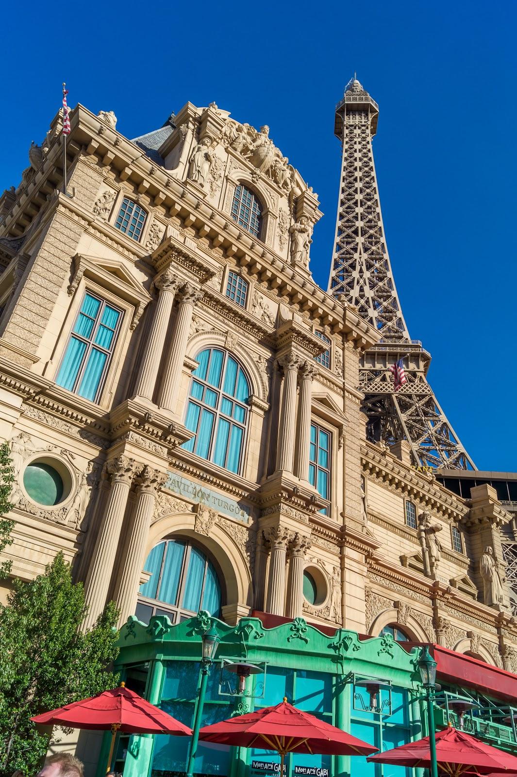 """Эйфелева башня возле отеля """"Париж"""""""