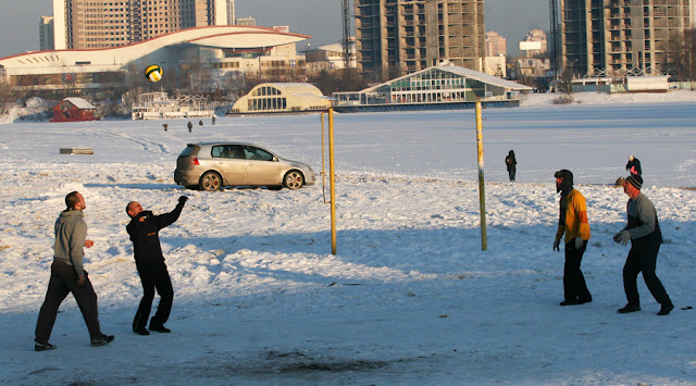 Фото Виталия Бабенко: волейбол зимой