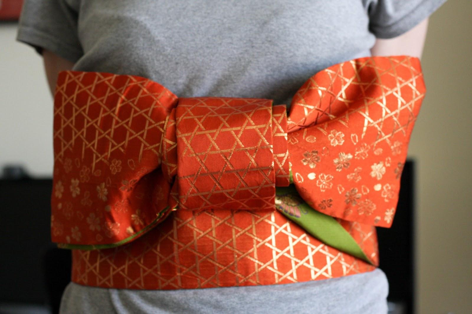 7ee8b2fa94e4 Signifie nœud papillon, il est peu formel et porté avec les yukata sur un  hanaba obi.