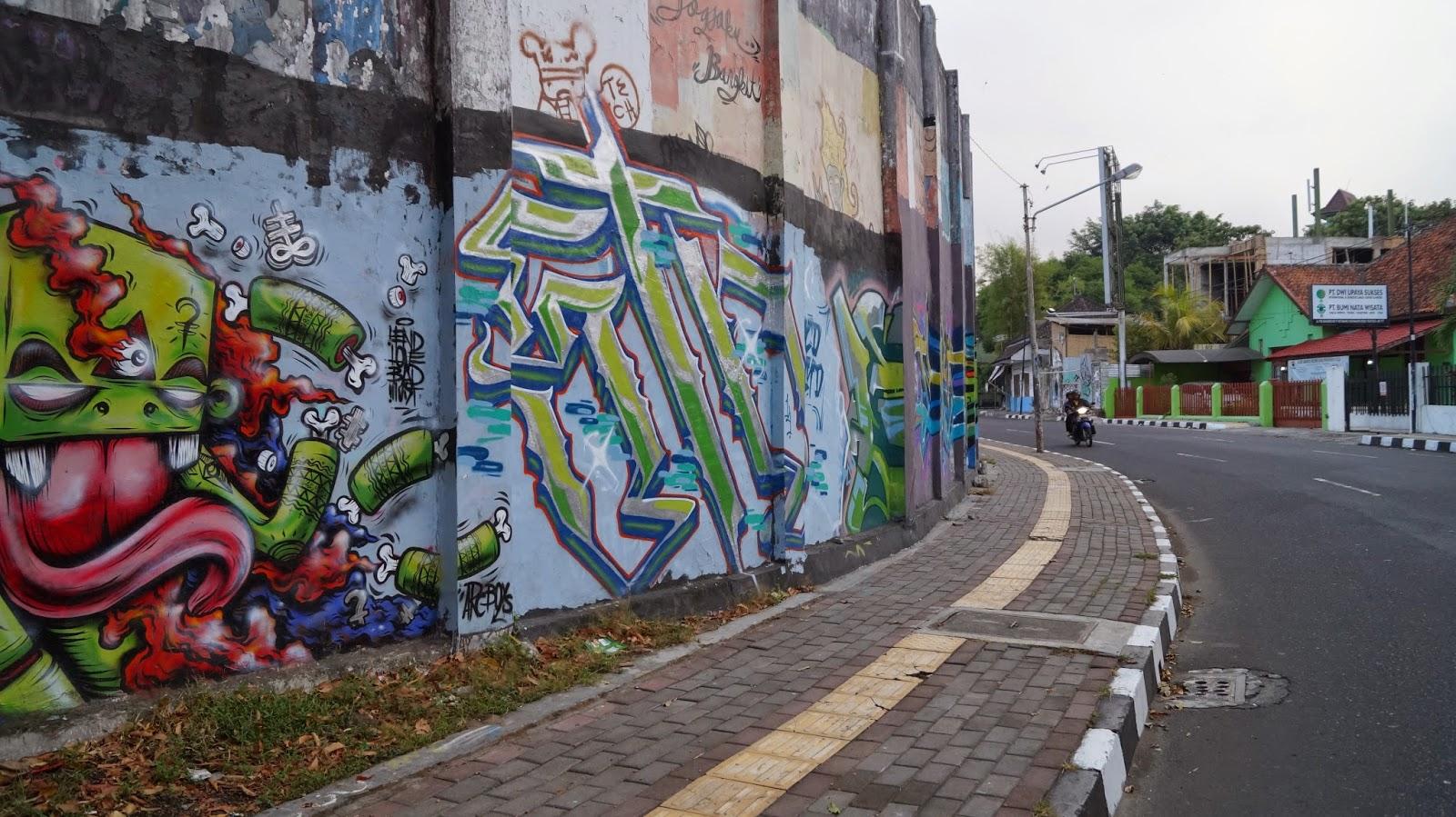 The surrounding area kondisi sekitar graffiti