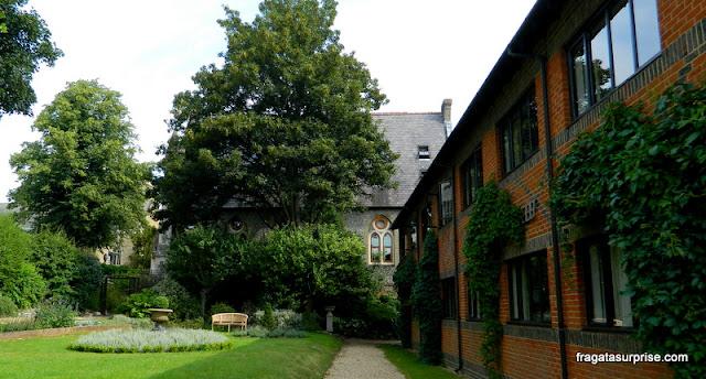 Igreja do Século 16, contígua ao jardim do Winchester Royal Hotel, Inglaterra