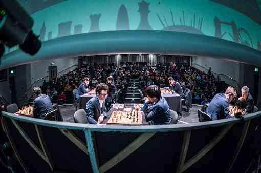 Une vue originale de la scène avec les joueurs d'échecs avec au fond les spectateurs - Photo © Lennart Ootes