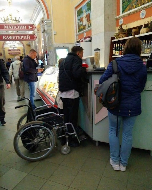 Инвалид встал с коляски, чтобы купить алкоголь