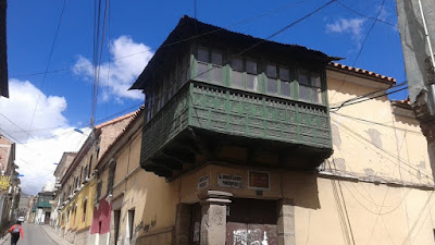 Balcón de madera como vestigio del pasado colonial glorioso de la ciuda