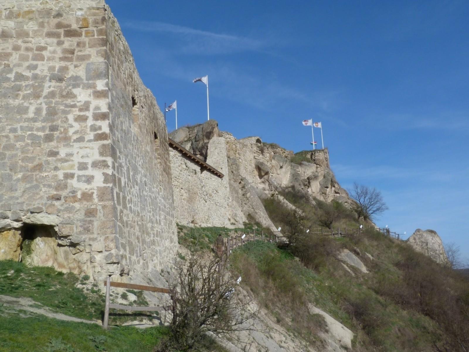 c12dd800b1 Magasították a falakat, volt, ahol pótolták is, illetve megújították a  sziklafolyosót a felsővár irányába, az istálló lefedésével pedig hasznos  kiállító ...
