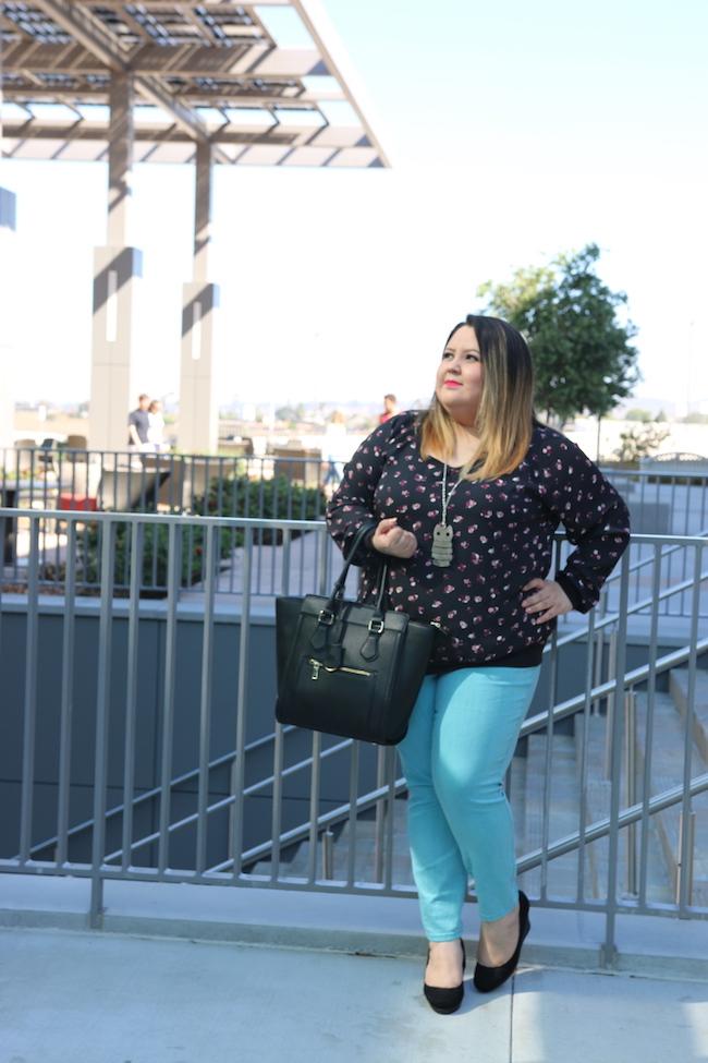 Atuendo casual en color azul turquesa