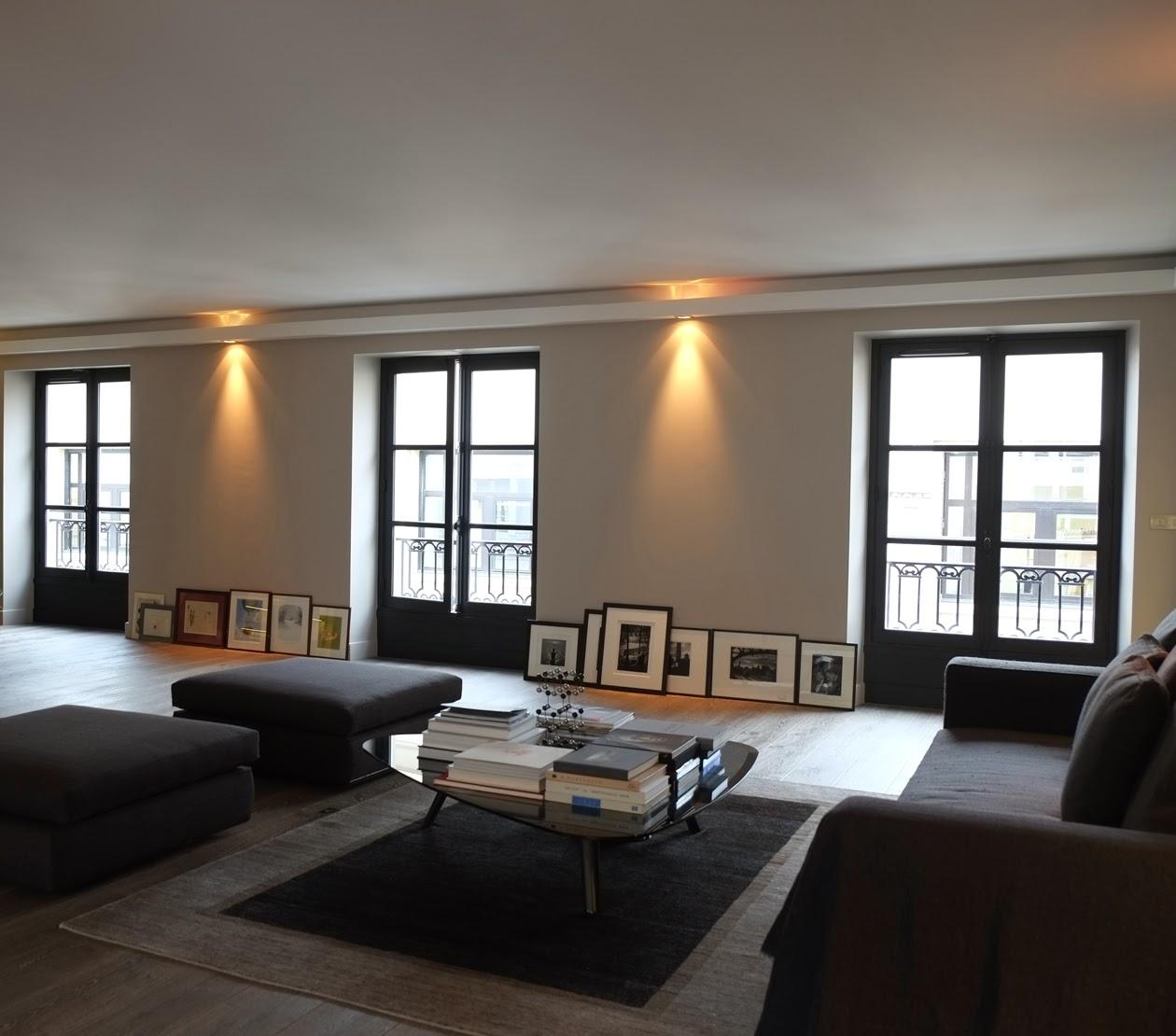 d couvrir l 39 endroit du d cor parisien en costume gris. Black Bedroom Furniture Sets. Home Design Ideas