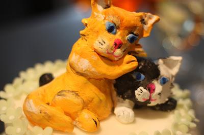 Selbstgemachter Cake topper Schmusekätzchen, Frühlingsdekoration Herbsthochzeit mit bunten Wiesenblumen im Hochzeitshotel Garmisch-Partenkirchen Riessersee Hotel Bayern, heiraten in den Bergen