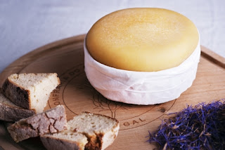 queijo da serra numa tábua de madeira