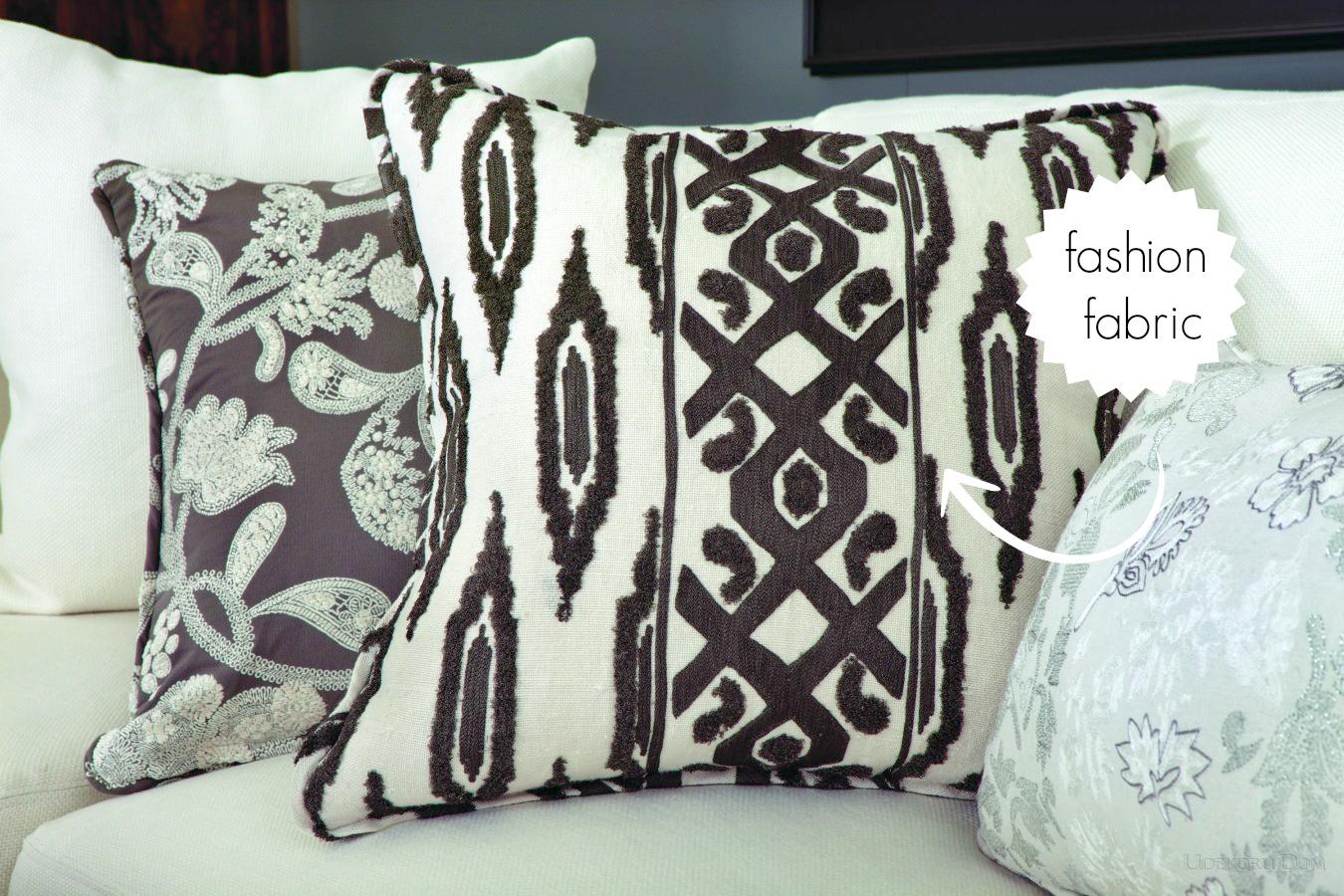 czrno białe poduszki