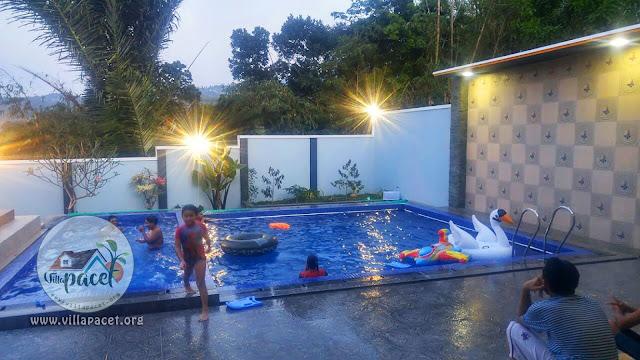 kolam renang villa samawa pacet ini cukup luas