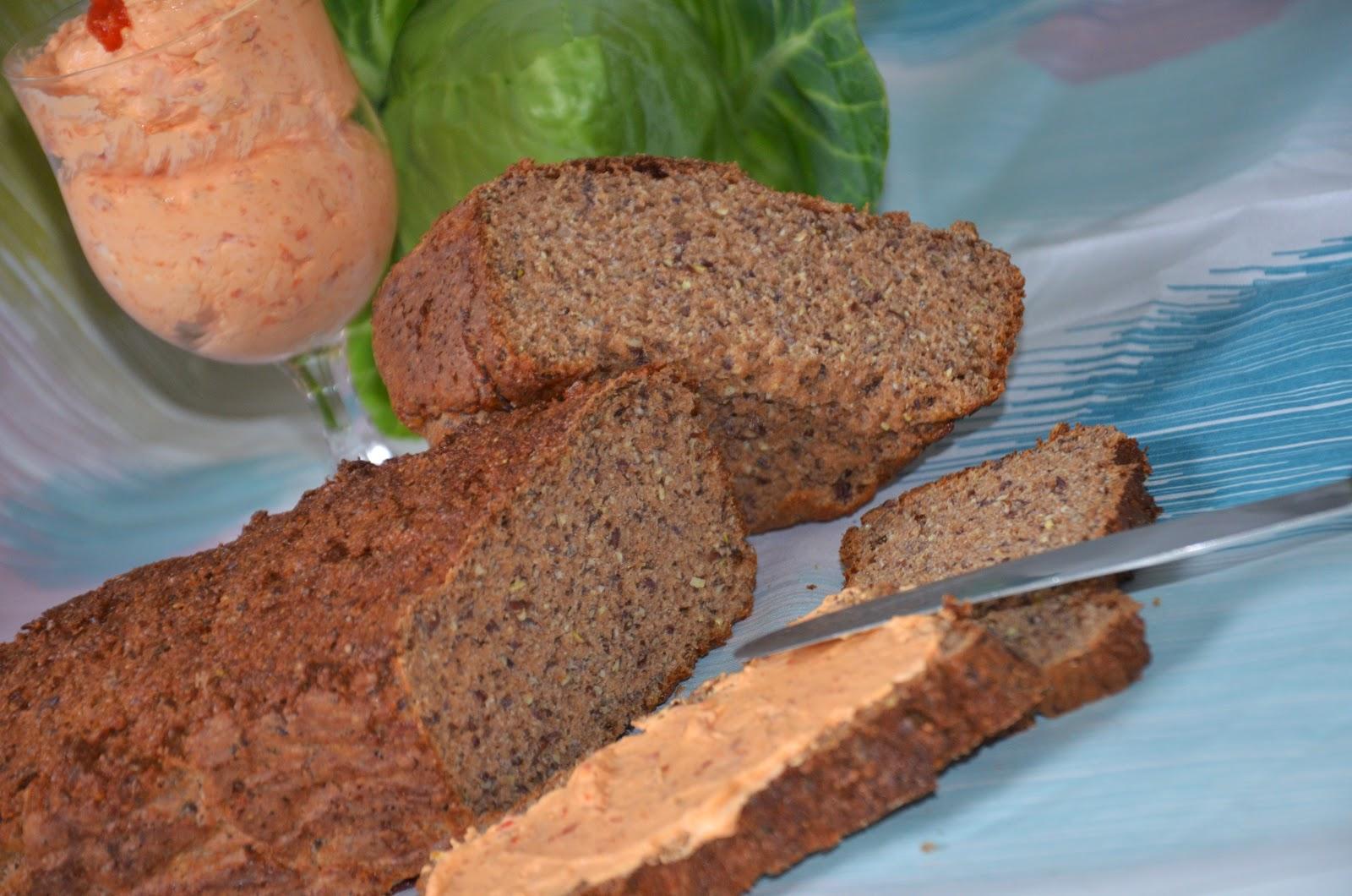 Eiweißbrot mit Ajvaraufstrich und Spitzkohlsalat