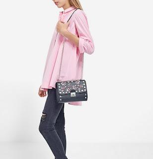 https://www.stradivarius.com/fr/femme/nouveau/chemise-oversize-%C3%A9vas%C3%A9e-c1390561p300321588.html?colorId=140