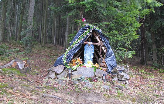 Kapliczka na skraju lasu.
