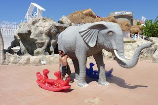 Izan en la entrada del Didim Aqua Park