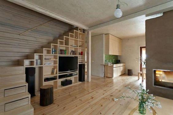 Mueble de televisión bajo la escalera