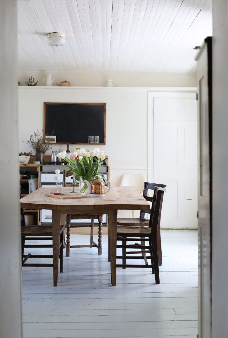 Minimal and soulful farmhouse style kitchen with slow living vibe - found on Hello Lovely Studio