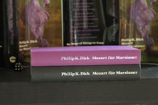 Silber und schwarze Schrift auf dem Buchrücken von Mozart für Marsianer