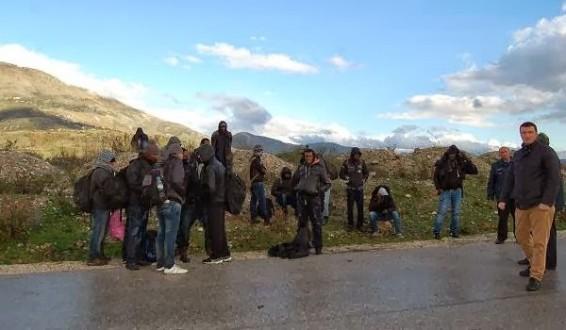 Ήγουμενίτσα: Στο δρόμο με τα πόδια από Ηγουμενίτσα προς Αλβανία μετανάστες!