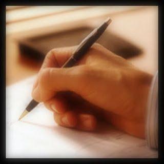 Escritura: mano escribiendo en un papel