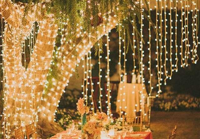 Decoración con luces colgantes para tu boda - Foto: www.ellahoy.es