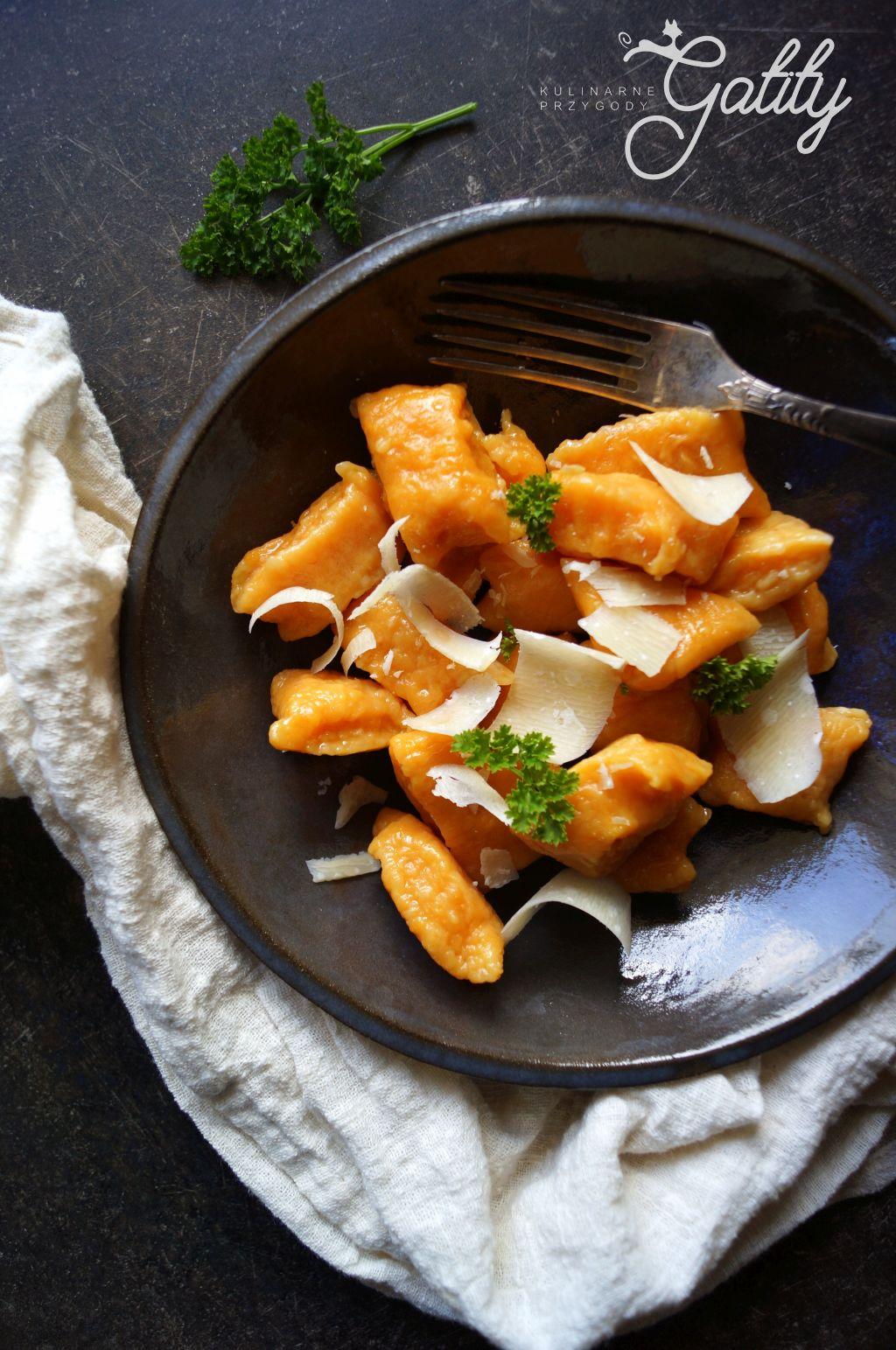 pomaranczowe-kluski-na-talerzu