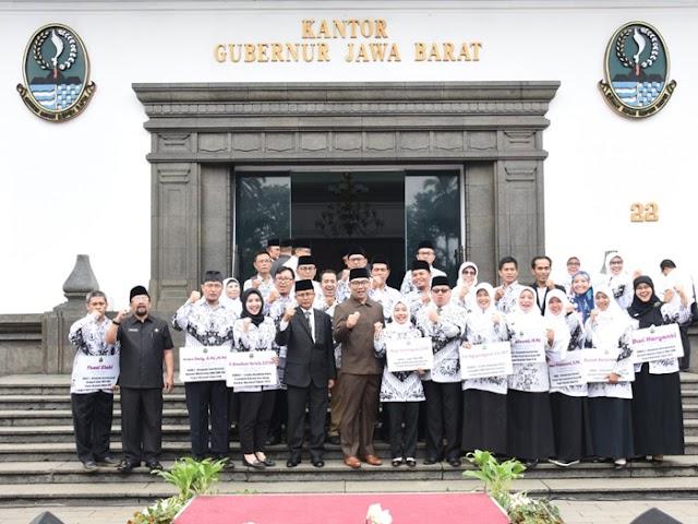 Hari Guru Nasional, Ridwan Kamil Berikan Penghargaan kepada 17 Guru Berprestasi
