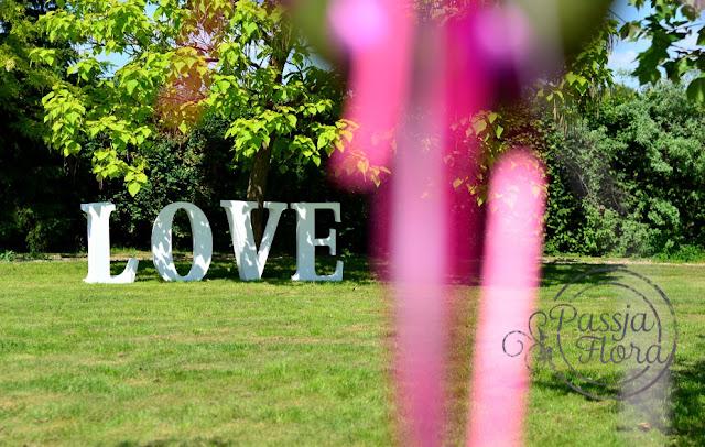Napis LOVE na ślubie w plenerze.