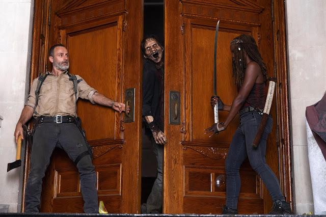 Rick Grimes (Andrew Lincoln) e Michonne (Danai Gurira) nell'episodio 1
