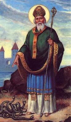 "Sejarah Hari St. Patrick        Hari St. Patrick (Saint Patrick's Day, St. Patrick's Day) yang jatuh pada 17 Maret setiap tahunnya adalah hari yang memperingati Saint Patrick, santo pelindung Irlandia. Hari St. Patrick adalah hari libur resmi di Republik Irlandia, Irlandia Utara, Montserrat, serta provinsi Newfoundland and Labrador di Kanada. Perayaan ini diperingati khususnya oleh bangsa Irlandia dan keturunannya. St. Patrick adalah orang yang memperkenalkan/membawa agama Kristen ke Irlandia. Ia menjelaskan doktrin Tritunggal melalui daun ""Shamrock"" (khususnya yang terdiri dari tiga helai; daun ini mirip dengan semanggi); karena itu ""shamrock"" banyak ditampilkan pada perayaan ini beserta dengan warna hijau yang dijadikan lambang Irlandia.  Santo Patrick (bahasa Latin: Patricius, bahasa Irlandia: Naomh Pádraig) adalah seorang misionaris Kristen dan merupakan santo pelindung Irlandia bersama-sama dengan Brigid dari Kildare dan Kolumba. Patrick dilahirkan di Britania Romawi. Ketika usinya sekitar 16 tahun, ia ditangkap oleh para perampok Irlandia dan dibawa sebagai budak ke Irlandia. Di sana ia tinggal selama enam tahun, lalu melarikan diri dan kembali ke keluarganya. Ia masuk ke gereja, seperti juga ayah dan kakeknya sebelumnya, menjadi seorang diakon dan uskup. Belakangan ia kembali ke Irlandia sebagai misionaris, bekerja di wilayah utara dan"