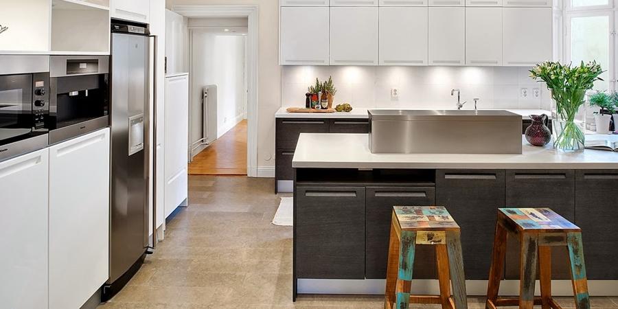 Klasyczny, elegancki salon i nowoczesna kuchnia - wystrój wnętrz, wnętrza, urządzanie domu, dekoracje wnętrz, aranżacja wnętrz, inspiracje wnętrz,interior design , dom i wnętrze, aranżacja mieszkania, modne wnętrza, styl klasyczny, styl nowoczesny,