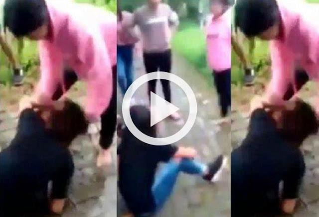 Sebuah video pengeroyokan seorang cewek remaja dibawah umur viral di sosial media. Video berdurasi 28 menit itu mempertontonkan seorang remaja putri dikeroyok sejumlah remaja putri lainnya di sebuah tempat, Kamis (6/12/2018).