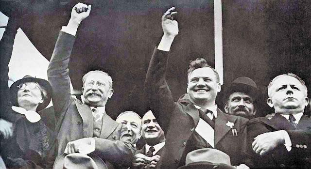 Comício da Frente Popular francesa Léon Blum (Partido Socialista), Maurice Thorez (Partido Comunista), Roger Salengro (Partido Socialista). Esquerdas ocidentais democráticas e iluminadas foram cúmplices.