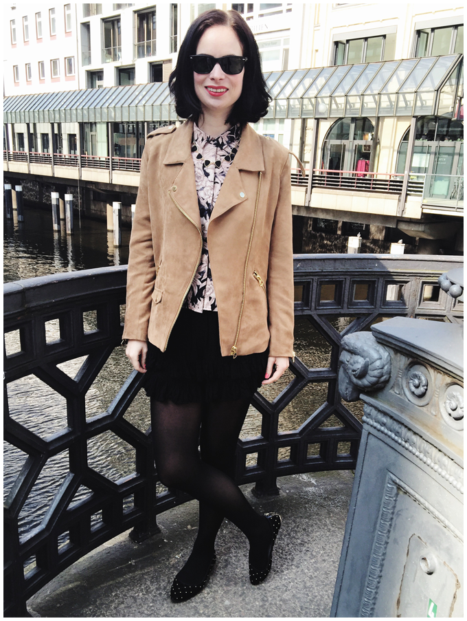 spring outfit | h&m beige fake suede bikerjacket, h&m black culotte, h&m flower blouse | more details on my blog http://junegold.blogspot.de | life & style diary from hamburg | #fashion #outfit #spring #springoutfit #hm #beige #black