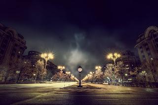 rua da cidade deserta durante a noite