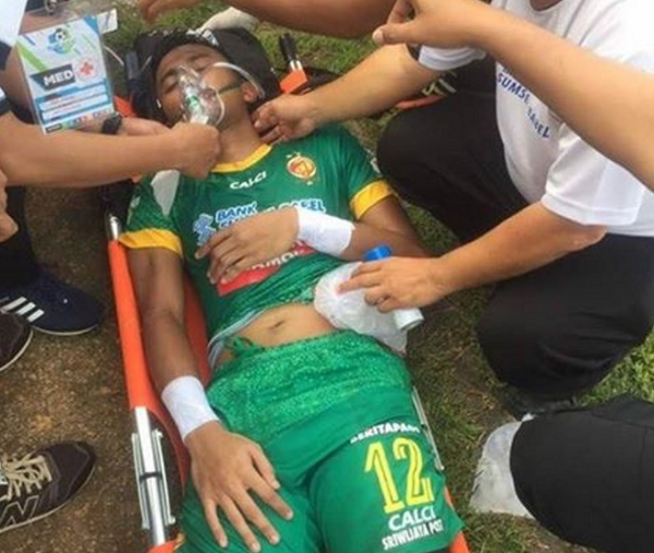 """Kiper Sriwijaya FC Tumbang Usai Dua Kali """"Dihajar"""" Penyerang PSM"""