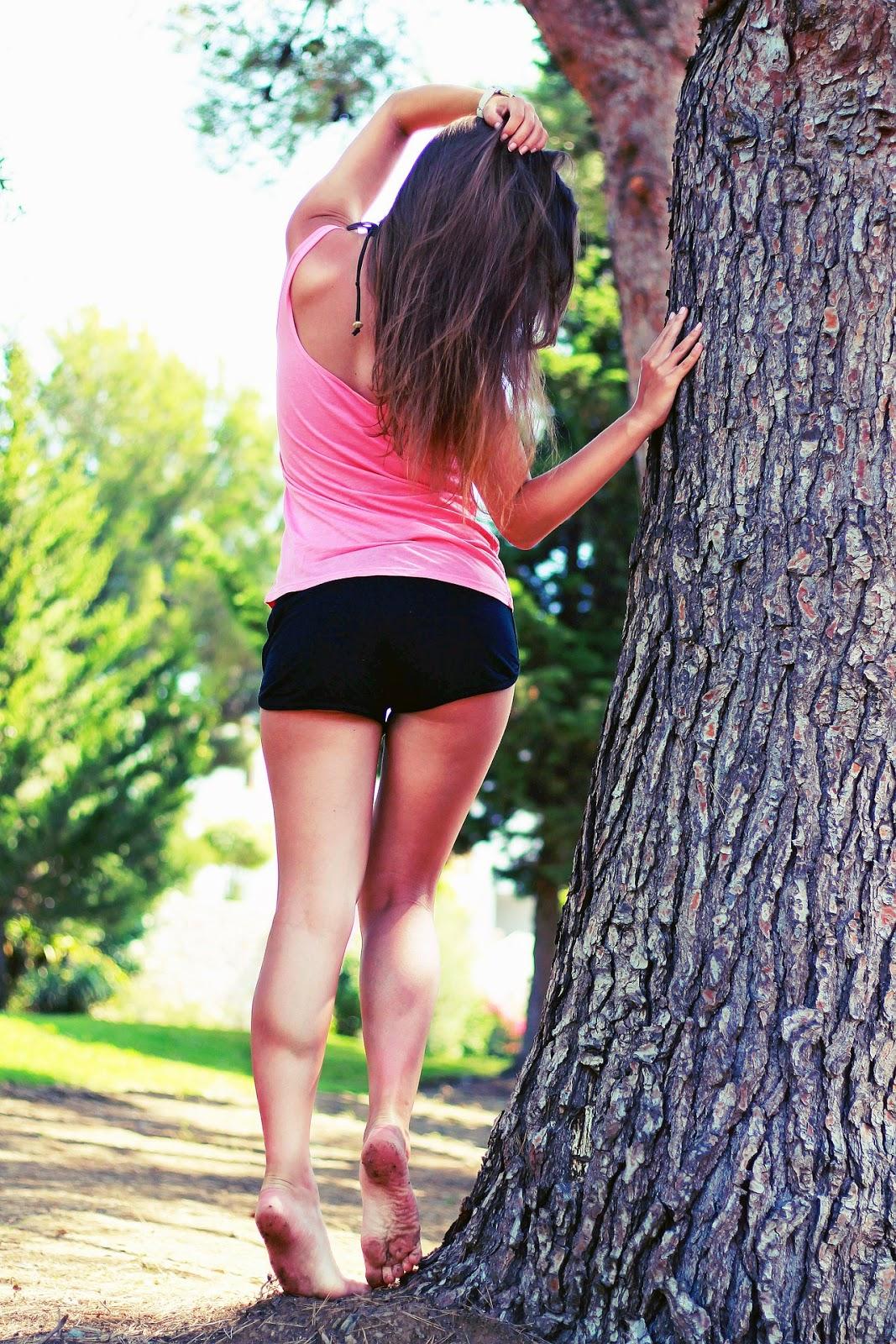 kobieta oparta o drzewo