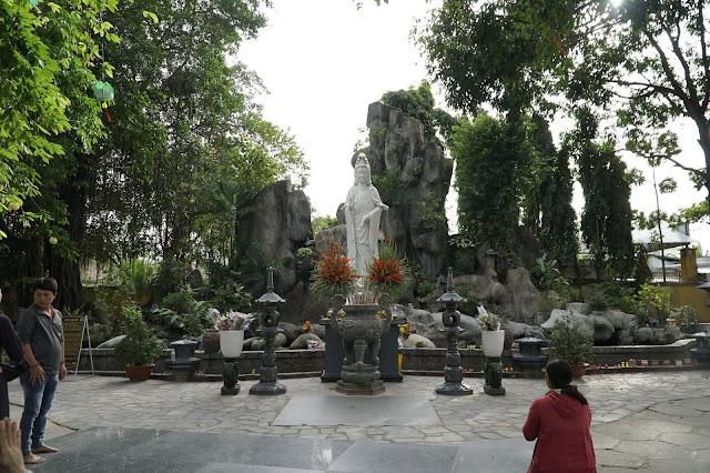 Tượng Phật Quan Âm ở trong sân chùa Hoằng Pháp, nhiều người đến đây cầu nguyện