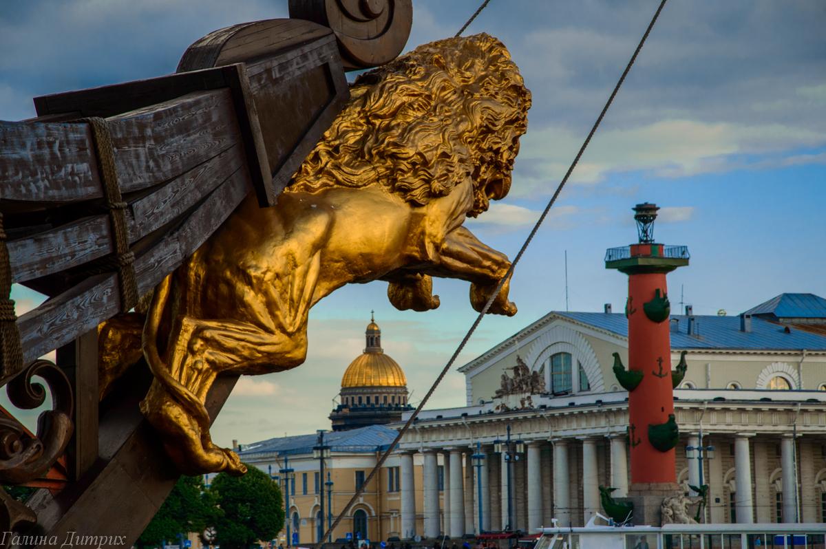 Лев на корабле Летучий голландец в Питере фото