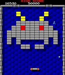 """Captura de pantalla de Arkanoid, 1986, Taito. La imagen muestra una pantalla del viejo arcade en la que nuestro muro de ladrillos a destruir tiene forma de """"marcianito"""" extraído de Space Invaderes"""