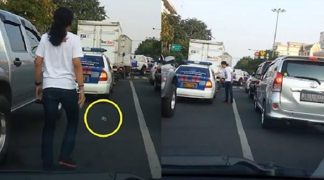 Lihat Polisi Buang Sampah Sembarangan, Yang Dilakukan Pria Ini Tak Terduga, Lihat Videonya.....