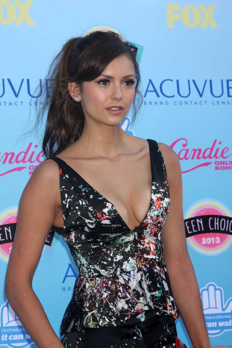 Nina Dobrev sexy cleavage at Teen Choice Awards - Hot