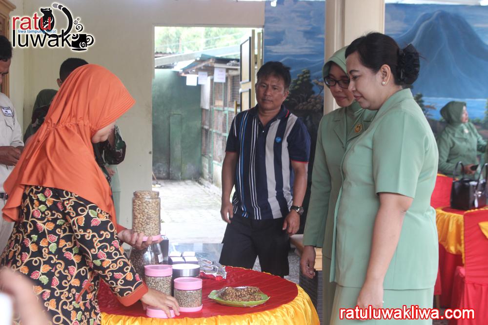 Kunjungan Ketua Persit Koorcab Rem 043 Ny. Dwi Erwin Djatniko di Ratu Luwak Liwa