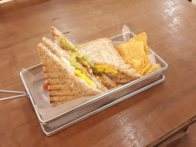 club house sandwich with chips