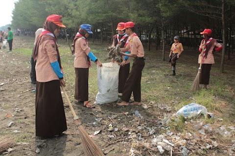 Pelajar Pemalang Lakukan Bersih-Bersih Pantai Sumur Pandan