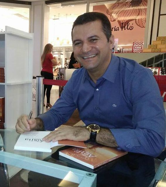 Autor caririense autografa na Bienal Internacional do Livro do Rio de Janeiro