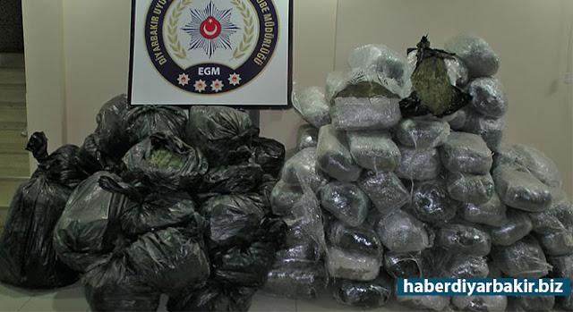DİYARBAKIR-Diyarbakır Valiliği tarafından yapılan açıklamada, Hani Karayolu üzerinde terk edilmiş bir minibüste yaklaşık 550 kilogram esrar ele geçirildiği belirtildi.