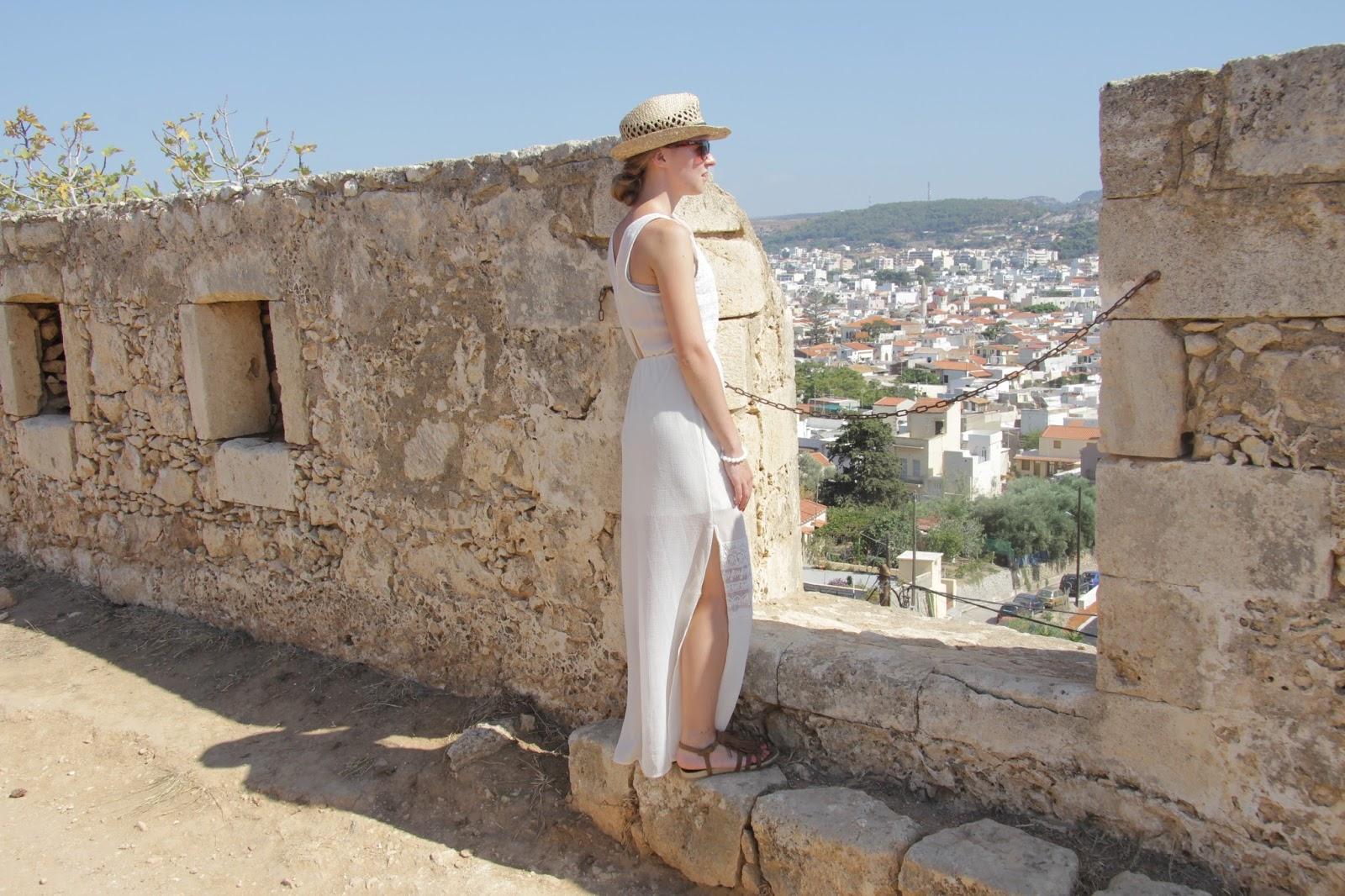jak nosić białą sukienkę w lato