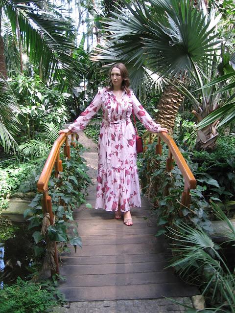 Kwiecista sukienka maxi Tova w stylizacji